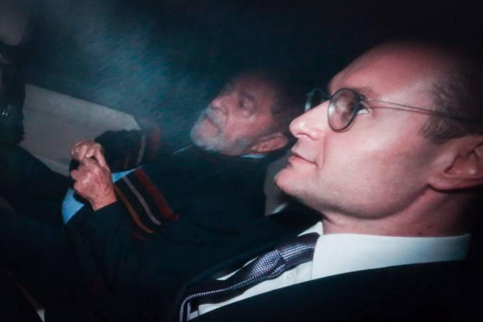 O ex-presidente Luiz Inácio Lula da Silva acompanhado do seu advogado Cristiano Zanin, deixa a sede do Instituto Lula, após prisão decretada pelo juiz Sérgio Moro