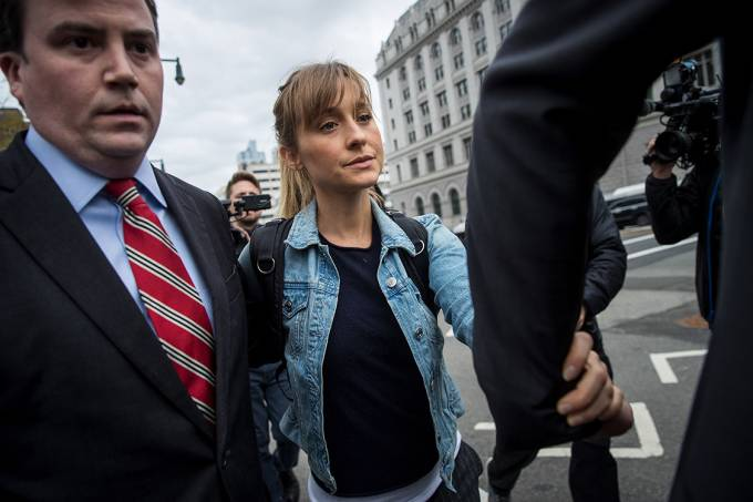 A atriz Allison Mack deixa o tribunal de Nova York