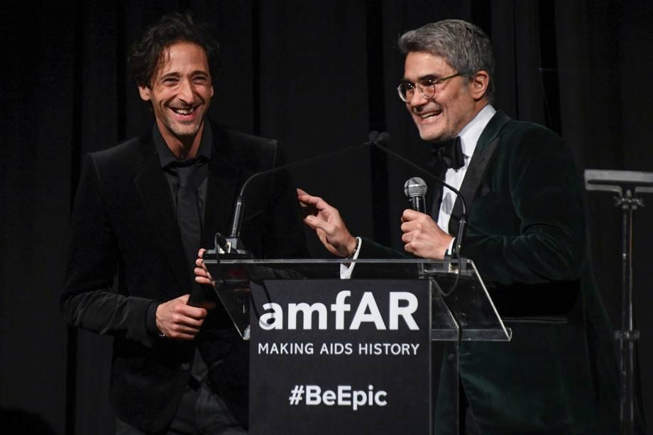 Adrien Brody e Felipe Diniz durante as homenagens no evento amfAR 2018, em São Paulo