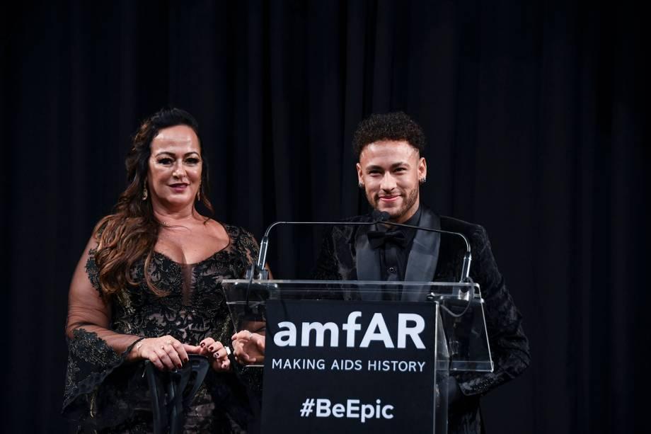Neymar foi homenageado durante o evento de gala amfAR 2018, que visa juntar fundos para pesquisas relacionadas ao combate do vírus HIV
