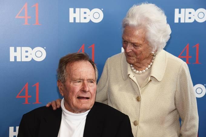 A ex-primeira-dama Barbara Bush ao lado do ex-presidente George Bush durante evento, em 2012