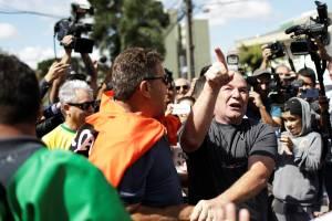 Manifestantes a favor e contra o ex-presidente Lula, discutem em frente à Superintendência da Polícia Federal, em Curitiba (PR) - 07/04/2018