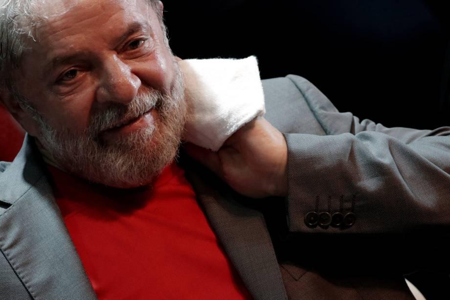 """Diante da negativa do Supremo, Lula ficou ainda mais perto da prisão. Dezoito horas após a decisão do Supremo, o juiz Sergio Moro determinou a imediata execução da pena, de doze anos e um mês. No despacho, Moro ofereceu a oportunidade de Lula se apresentar voluntariamente à Polícia Federal (PF) de Curitiba até as 17 horas desta sexta-feira (6), """"em atenção à dignidade do cargo que ocupou"""". Apesar da possibilidade de se apresentar na PF, a hipótese que vem ganhando força é a de que o ex-presidente não se entregue, e aguarde pela chegada da Polícia Federal na sede do Sindicato dos Metalúrgicos do ABC, em São Bernardo do Campo, região metropolitana de São Paulo, onde Lula passou a noite."""