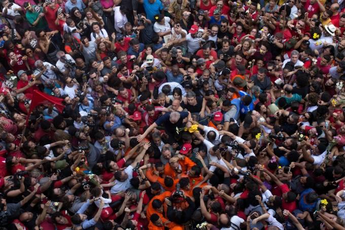 Lula é cercado por milhares de militantes