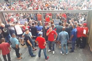 Militantes sentam em frente ao portão de uma das saídas do Sindicato para tentar impedir que o ex-presidente se entregue à PF - 07/04/2018