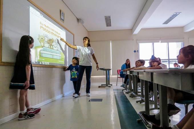 Tecnologia – Colégio Maria Imaculada, em São Paulo: projeção do conteúdo do Elefante Letrado, que estimula a leitura