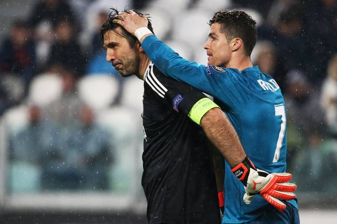 Cristiano Ronaldo cumprimenta o goleiro Gianluigi Buffon, após a partida entre Juventus e Real Madrid, pela Liga dos Campeões, em Turin