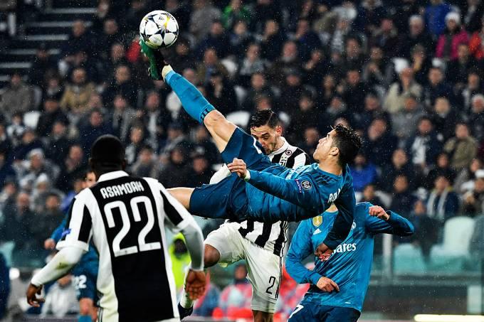 Cristiano Ronaldo dá uma bicicleta e marca o segundo gol do Real Madrid contra a Juventus, pela Liga dos Campeões, em Turin