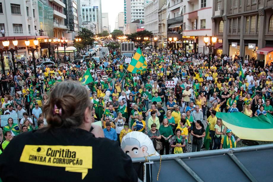 Manifestantes protestam contra o ex-presidente Lula nesta terça-feira (03), em Curitiba