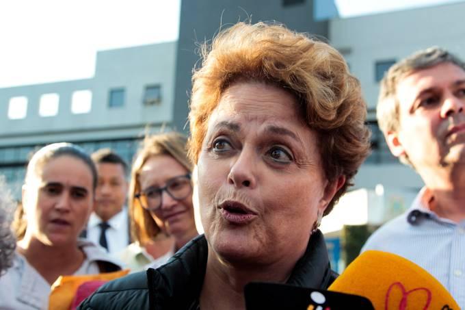 A ex-presidente Dilma Rousseff tenta visitar o ex-presidente Lula na sede de Polícia Federal, em Curitiba
