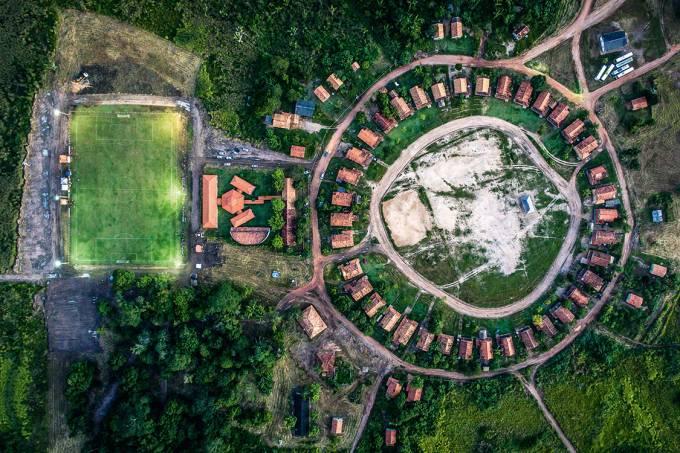 E ao lado da aldeia… – há um campo de futebol, usado como centro de treinamento do time Gavião Kyikatejê