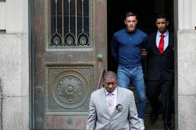 Conor McGregor escoltado pela polícia de Nova York escorted by New York City Police (NYPD) detectives from the 78th police precinct after charges were laid against him in New York