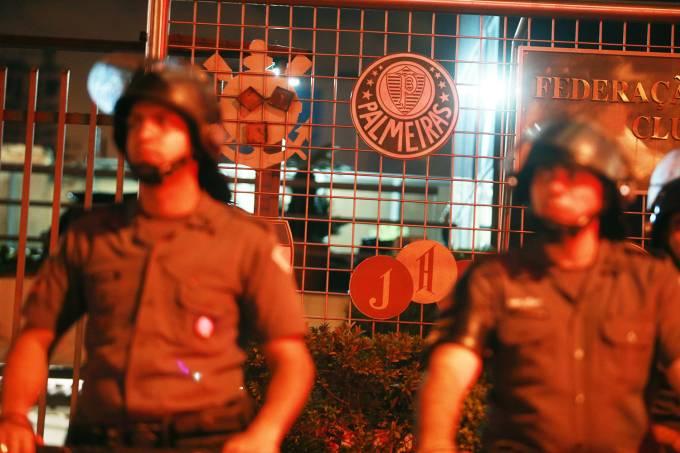 PM reforça a segurança na sede da Federação Paulista de Futebol