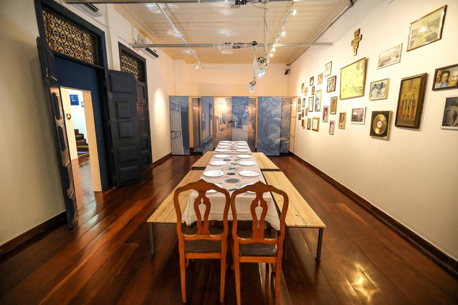 Ambiente da exposição que homenageia a mãe de Caetano Veloso e Maria Bethânia