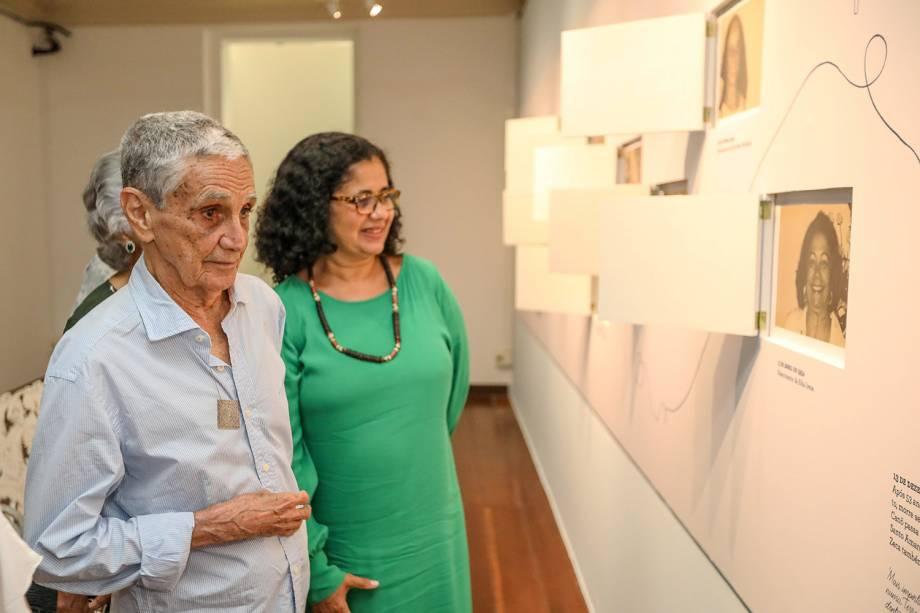 Rodrigo Velloso e Ju Velloso, uma das curadoras da exposição que homenageia a sua avó, Dona Canô
