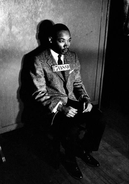 """Rev. Martin Luther King Jr., diretor do boicote de ônibus segregado, é visto com o número """"7089"""" no peito após sua prisão por agitação - 24/02/1956"""