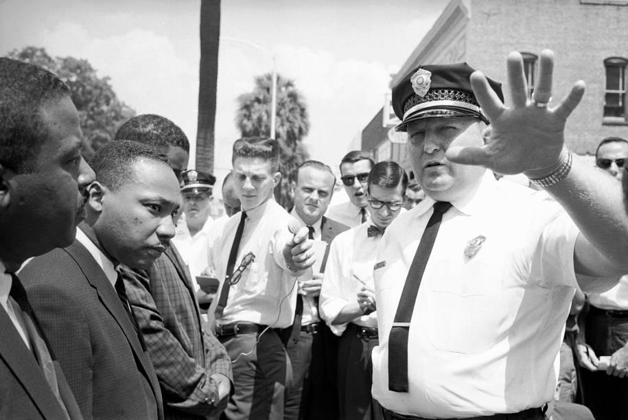 Laurie Pritchett, chefe de polícia, é visto de frente com Martin Luther King Jr. enquanto prendia manifestantes durante um ato contra a segregação racial - 12/1961