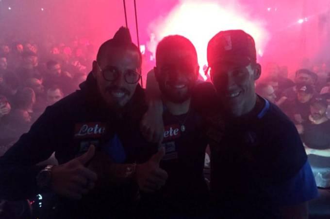 Hamsik, Insigne e Callejón celebram com a torcida em Napoli