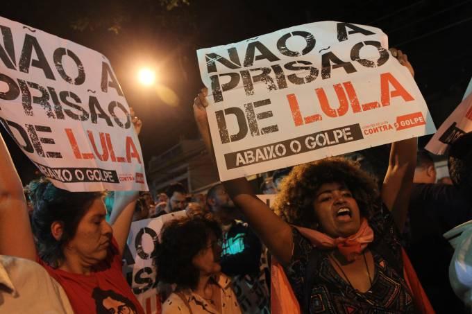Manifestantes apoiam Lula