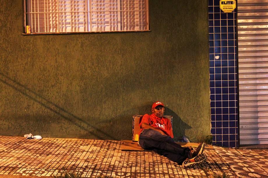 Militantes descansam nos arredores do Sindicato dos Metalúrgicos do ABC, em São Bernardo do Campo (SP) - 06/04/2018