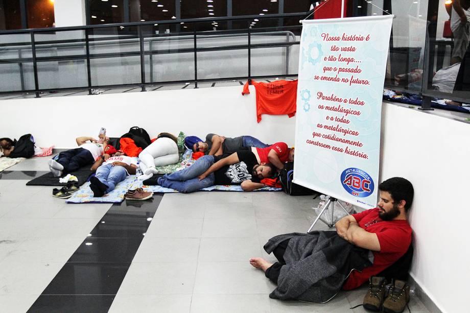 Militantes descansam no Sindicato dos Metalúrgicos do ABC, na cidade de São Bernardo do Campo (SP) - 07/04/2018