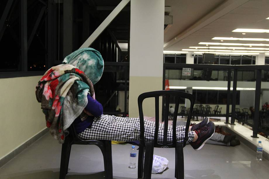 Militantes descansam de forma improvisada em vigília de apoio ao ex-presidente Lula