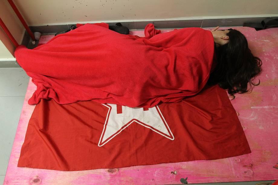 Manifestantes dormem no chão no Sindicato dos Metalúrgicos do ABC