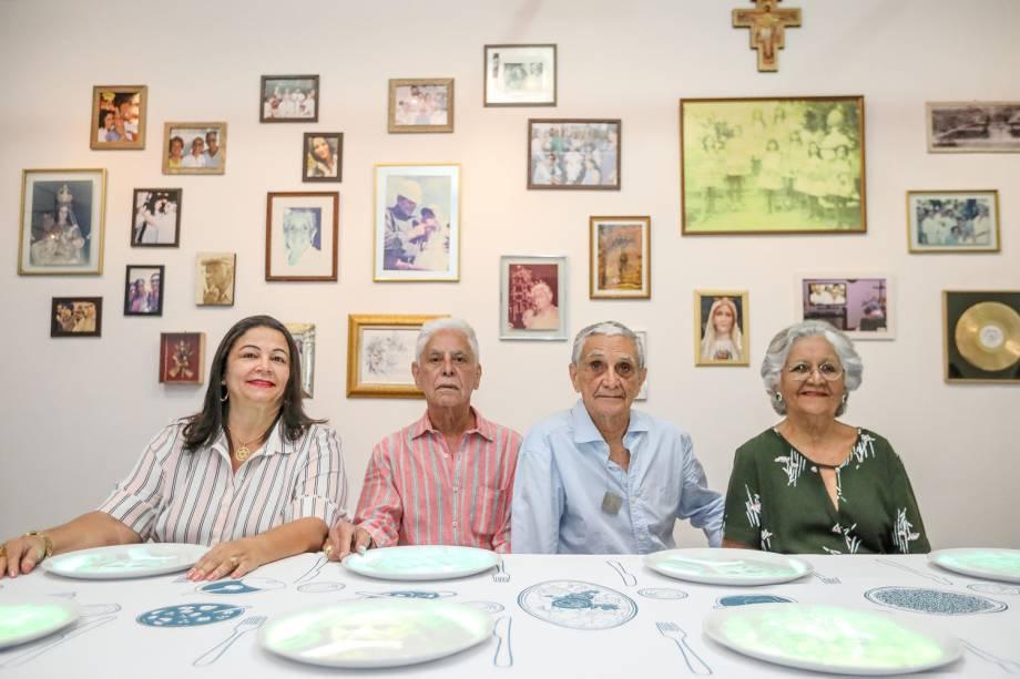 Irene, Roberto, Rodrigo e Mabel Velloso, filhos de Dona Canô, visitam a exposição 'Ser Feliz É para Quem Tem Coragem' antes de sua abertura