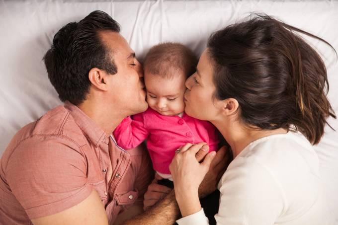 Pais e beijam seu bebê