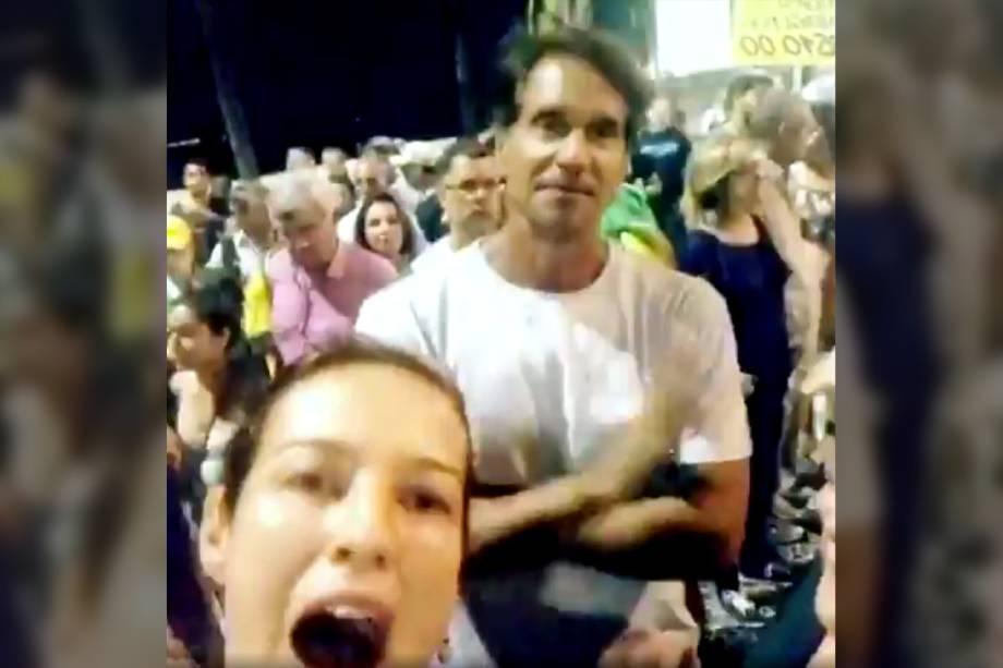 A atriz Luana Piovani e o ator Victor Fasano protestam a favor da prisão do ex-presidente Lula na praia de Copacabana, no Rio