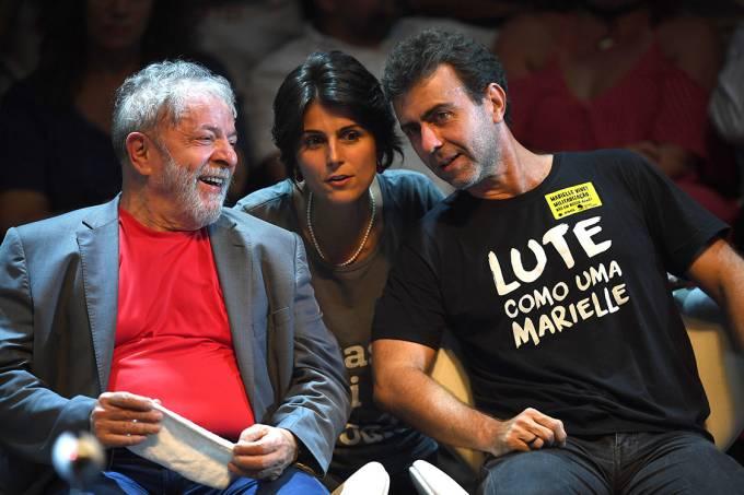 O ex-presidente Lula, ao lado do deputado estadual Marcelo Freixo (PSOL-RJ) e da presidenciável Manuela d' Avila (PCdoB), durante ato no Circo Voador, no Rio