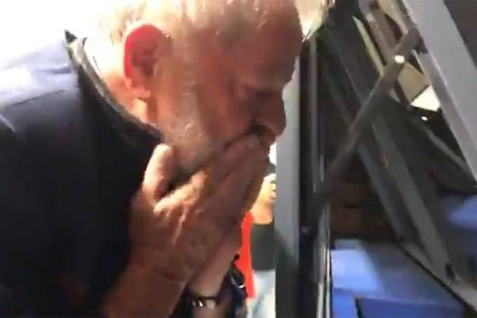 Ex-presidente Lula acena para manifestantes que protestam contra sua prisão, em São Bernardo do Campo