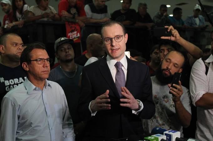 Cristiano Zanin,  advogado do ex-presidente Luiz Inácio Lula da Silva, fala sobre o mandado de prisão emitido pelo juiz Sérgio Moro