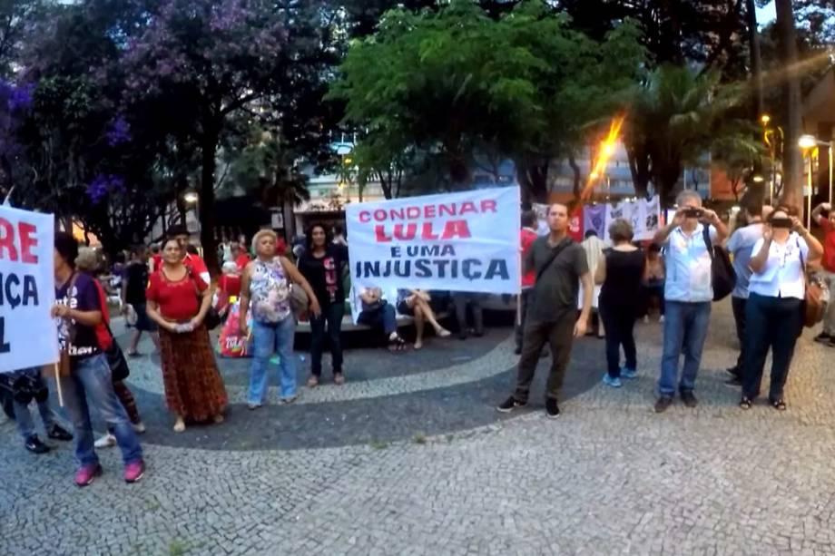 Manifestantes demonstram apoio ao ex-presidente Lula antes do julgamento pelo STF, em Belo Horizonte - 03/04/2018