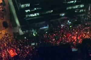 Simpatizantes demonstram apoio a Lula em frente ao Sindicato dos Metalúrgicos, em São Bernardo do Campo - 5/4/2018