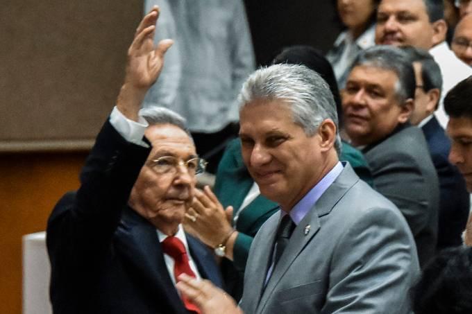 O presidente cubano, Raúl Castro, e seu provável futuro sucessor, Miguel Díaz-Canel, durante sessão na Assembleia Nacional nesta quarta-feira (18)