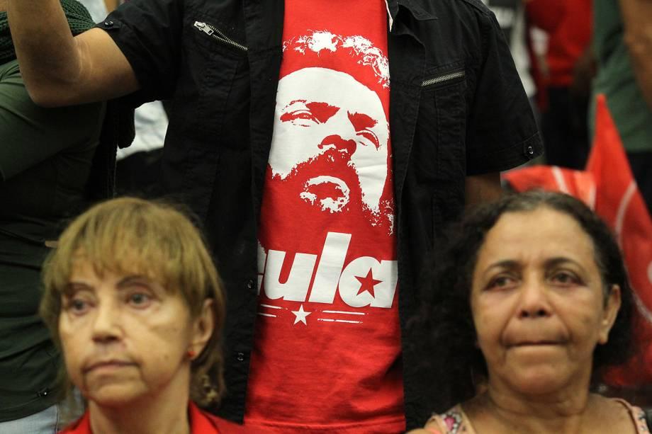 Militante usa camiseta com a imagem do petista