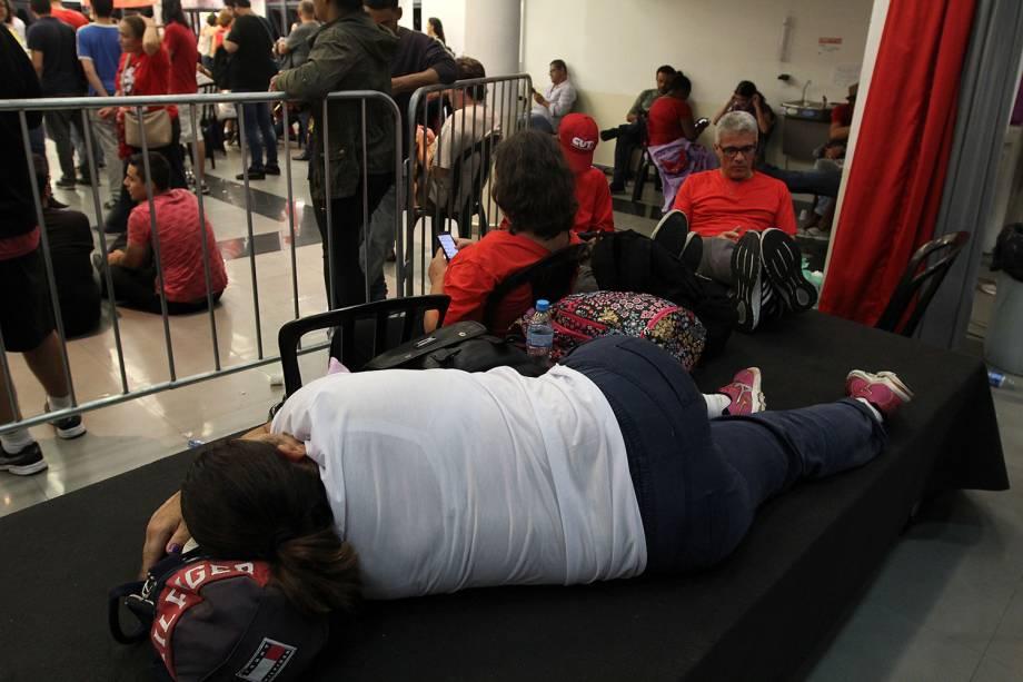 Apoiadores de Lula descansam dentro do sindicato