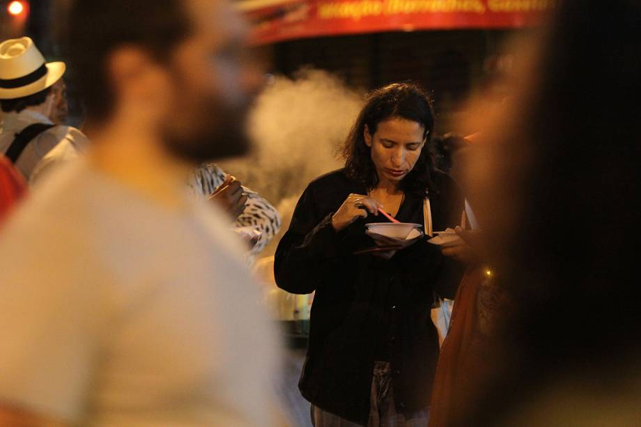 Mulher faz refeição durante a noite perto do local onde o ex-presidente está