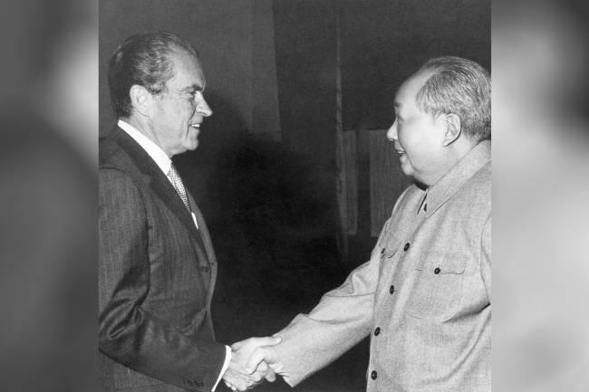 O ex-presidente americano Richard Nixon e o líder comunista chinês Mao Tse-Tung, se cumprimentam durante encontro privado - 21/02/1972