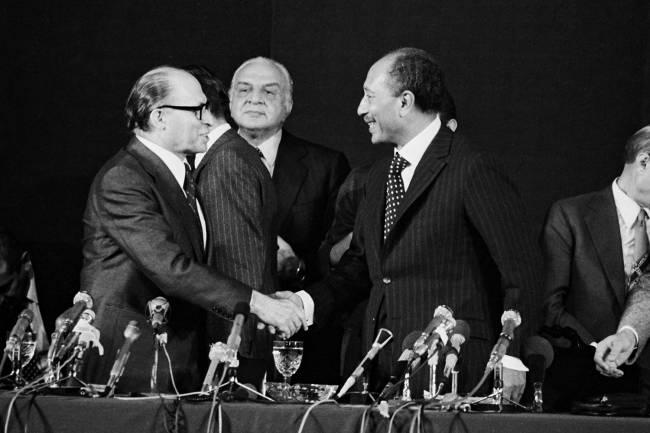 O presidente do Egito, Anwar Sadat, cumprimenta o primeiro-ministro israelense Menachem Begin, durante o primeiro ato para a paz entre as duas nações - 1977