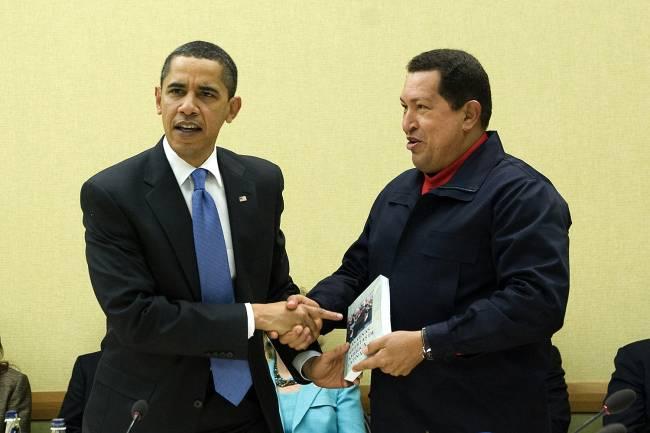 O presidente americano Barack Obama cumprimenta o presidente venezuelano Hugo Chávez - 18/04/2009