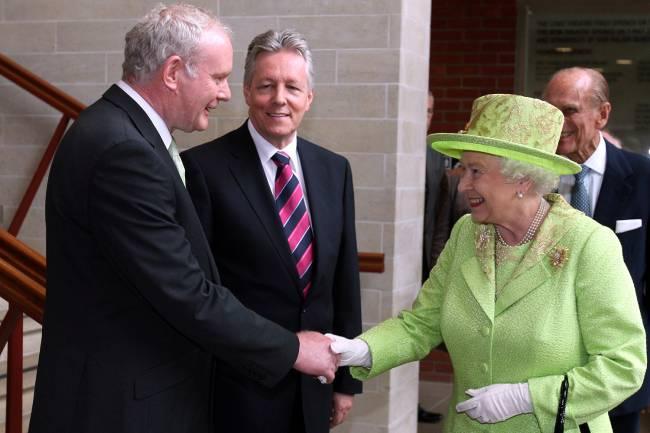 Rainha Elizabeth se reuniu com Martin McGuinness, ex-comandante do grupo armado IRA, na Irlanda do Norte - 27/06/2012