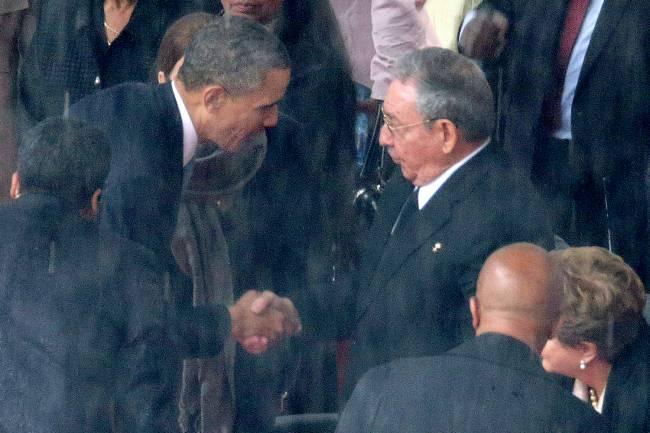 Barack Obama cumprimenta o presidente cubano Raúl Castro, durante o funeral de Nelson Mandela, em Joanesburgo, na África do Sul - 10/12/2013