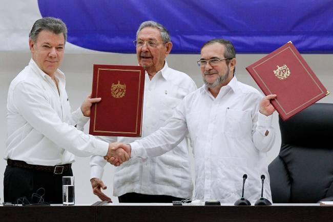 "O presidente colombiano, Juan Manuel Santos, cumprimenta Timoleon Jimenez ""Timonchenko"", líder das FARC, em Havana - 23/06/2016"