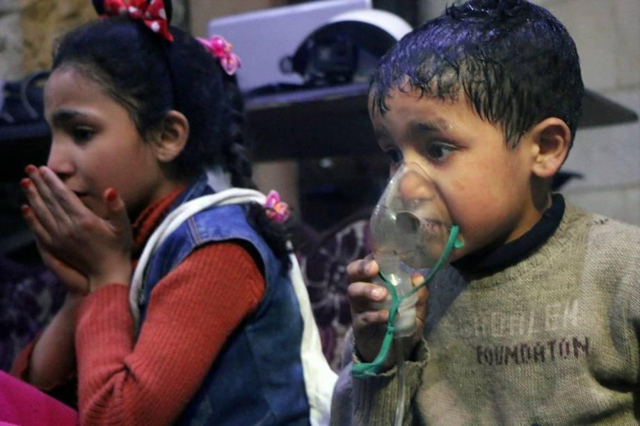 Imagem divulgada pelos Capacetes Brancos da Defesa Civil Síria, mostra criança recebendo oxigênio após ataque com gás venenoso na cidade de Douma, perto de Damasco, na Síria - 08/04/2018