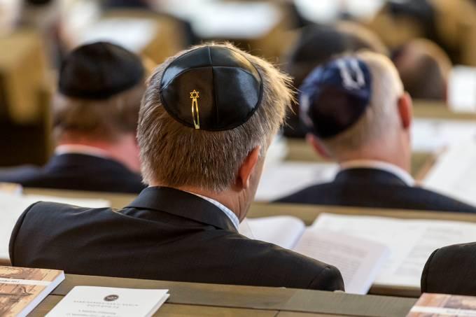 Judeus usando quipá