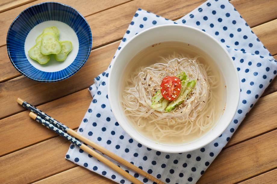 Naengmyun, o tradicional macarrão gelado. O prato é ingerido em toda a Península Coreana, mas ficou mais famoso com sua versão norte-coreana, que temuma textura e temperos diferentes da sul-coreana.