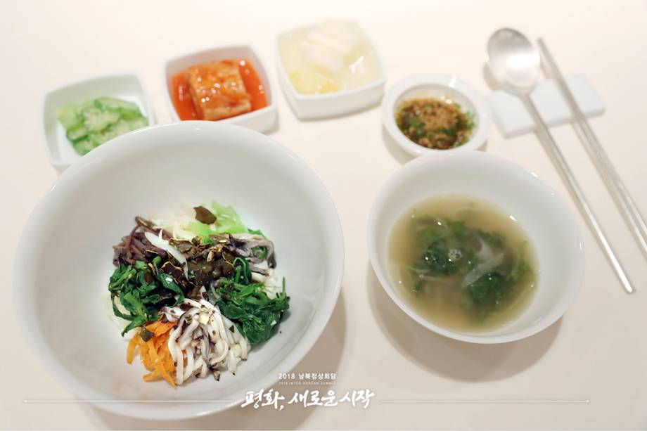 Bibimbap,um prato ingerido em toda a Península Coreana que consiste em arroz com legumes e ovos servidos em uma tigela. O arroz para o prato virá diretamente da aldeia de Bongha, na província sul-coreana de Gimhae, a cidade natal de Roh Moo-hyun. O ex-presidente viajou a Pyongyang para a cúpula intercoreana de 2007. As verduras utilizadas no prato virão da zona desmilitarizada.