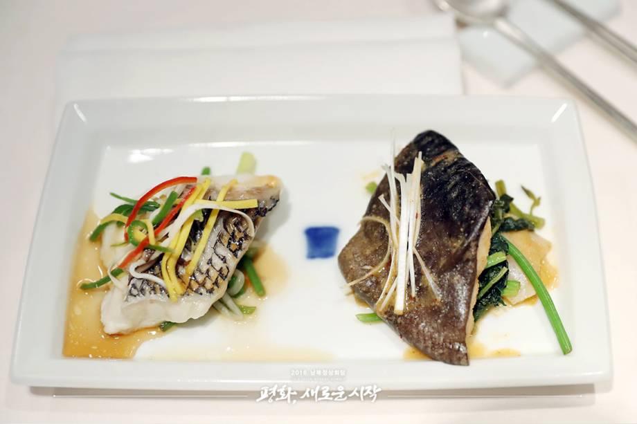 Ciobra e Bagre cozidos no vapor.O bagre é um peixe muito consumido em toda a Península Coreana durante datas festivas, por isso, sua inclusão no cardápio da reunião simboliza as semelhanças entre os dois países. A ciobra, por sua vez, é um peixe de água doce que também pode ser encontrado em ambos países.